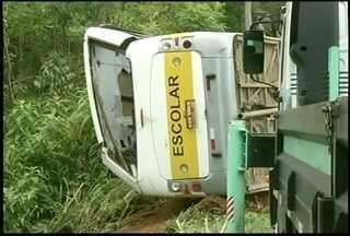 Ônibus com crianças cai de ponte dentro de rio em Teresópolis, no RJ - Acidente foi na manhã deste sábado (8) na BR-116, em Três Córregos.Quinze passageiros foram para o hospital e 4 crianças liberadas no local.