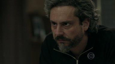 José Alfredo lembra do médico que salvou sua vida na mata - Ele pede que Josué o encontre em sua casa