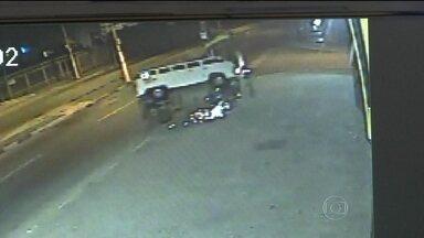 Kombi capota, invade calçada e atinge dois pedestres em SP - O acidente foi registrado por câmeras de segurança em Mogi das Cruzes, na Grande São Paulo. Dentro do veículo havia cinco pessoas - das quais, três crianças. O motorista não tem habilitação.