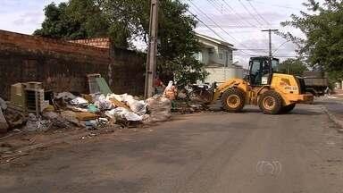 Projeto 'Cidade Limpa' retira mais de 300 toneladas de entulho de bairro em Goiânia - Trabalho no Jardim Guanabara começou na manhã desta terça-feira. Mutirão ainda não tem prazo para terminar.