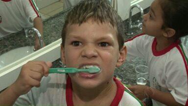 Projeto da Pastoral da Criança cuida dos dentes de crianças em Paraíso do Norte - O projeto no Noroeste do Paraná tem também o apoio da prefeitura e de uma cooperativa. Crianças são atendidas dentro da escola.