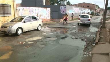 Na avenida São Raimundo, em São Luís, moradores reclamam dos buracos - Na avenida São Raimundo, área Itaqui-Bacanga, moradores reclamam dos buracos