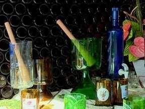 Garrafas de vidro usadas são transformadas em copos por morador de Passo Fundo,RS - A intenção é reaproveitar o material que iria para o lixo
