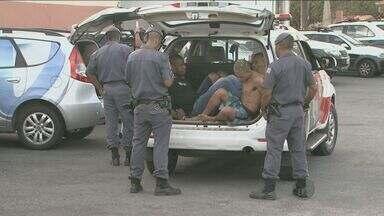 Quadrilha faz mulher refém por 3h e é presa após sair com carro da vítima em Campinas - Quatro homens foram presos em flagrante, na tarde desta terça-feira (11), após sequestrarem uma mulher por três horas e saírem com o carro dela para efetuar roubos.