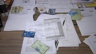Polícia apresenta homem suspeito de aplicar R$ 600 mil em Goiânia - Ele comprava dados das vítimas e fazia empréstimos com documentos falsos. Investigações revelaram que homem cometia o crime há 40 anos em todo país.