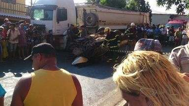 Mulher morre em grave acidente na ES-124, em Fundão - Carro que a vítima dirigia bateu de frente com carreta As duas vias da rodovia, que dá acesso a Praia Grande, estão interditadas.