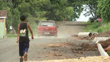 Moradores de União da Vitória esperam por asfalto em bairro - De tanto cobrar, os trabalhos para asfaltar a rua começaram, mas a obra parou há mais de dois meses.
