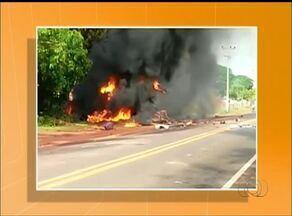 Motorista morre carbonizado após caminhão pegar fogo na TO-080 - Motorista morre carbonizado após caminhão pegar fogo na TO-080