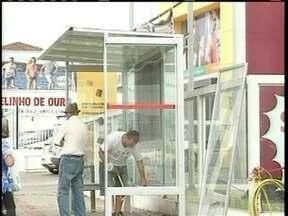 Novos abrigos de ônibus são instalados em Lages - Novos abrigos de ônibus são instalados em Lages