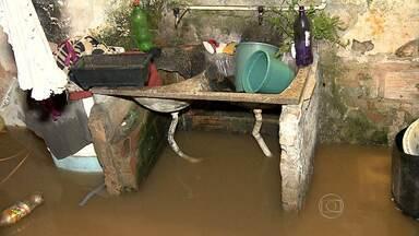 Chuva traz transtornos e prejupizos para moradores de Santa Luzia - Temporal atingiu o bairro Palmital. Houve inundações em vários pontos.