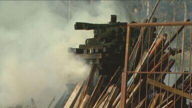 Depósito de madeira pega fogo em Limeira no fim de semana - Depósito de madeira pega fogo em Limeira no fim de semana. O tempo seco e a baixa umidade do ar ajudaram.