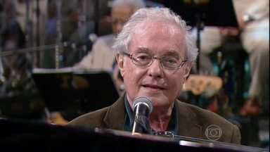 Francis Hime canta 'Atrás da porta' - Ao som do piano, o músico se apresenta no Programa do Jô