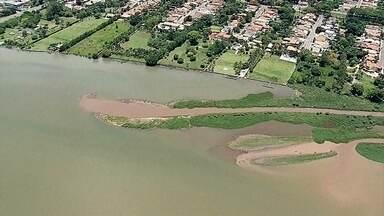 Assoreamento pode atrapalhar prática de esportes no Lago Paranoá - Imagens de satélite mostram o quanto o espelho d'água diminuiu desde a década de 1960. Hoje há menos da metade da superfície original. O acúmulo de terra já formou até uma pequena ilha no Setor de Clubes.