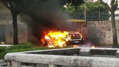 Vídeo mostra carro pegando fogo na avenida Leitão da Silva, em Vitória - Segundo a Guarda Municipal, veículo está com o licenciamento vencido.Corpo de Bombeiros conseguiu controlar as chamas.