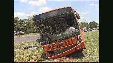 Uma pessoa morre e 18 ficam feridas em acidente em São José do Rio Preto - Veículo de transporte intermunicipal não tinha cintos de segurança e colidiu na traseira de um caminhão.