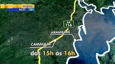 Trecho da BR-116 tem bloqueio por obras de duplicação - O trecho fica entre Arambaré e Camacuã, RS.