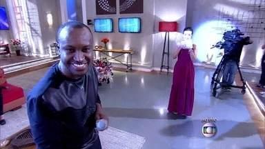 Thiaguinho abre o Encontro com um pagodinho animado - Cantor agita os convidados do programa