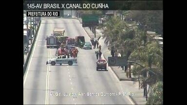 Com helicóptero, bombeiros resgatam vítima de acidente na Avenida Brasil, no Rio - Além do ferido, uma outra vítima morreu na colisão entre um caminhão e uma moto, na altura de Bonsucesso, no subúrbio. Por causa do acidente, uma pista foi interditada.