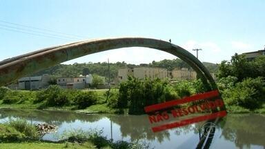 Moradores de Belford Roxo seguem pedindo construção de ponte - O RJ Móvel visitou a cidade da Baixada Fluminense para mostrar o problema. Moradores pedem a construção da ponte que vai ligar dois bairros. Algumas pessoas usam dutos de água para atravessar o rio Botas.