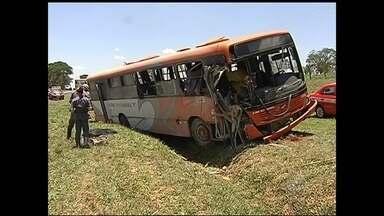 Passageiro ferido em acidente entre ônibus e caminhão segue internado - Segue internado o passageiro que teve ferimentos graves na cabeça, depois do acidente nesta segunda-feira (17), envolvendo um ônibus e um caminhão na BR-153, entre São José do Rio Preto (SP) e Onda Verde (SP). Ele é um dos 18 feridos da batida e já passou por cirurgia. Uma pessoa morreu.