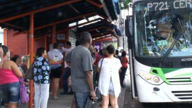 Mais de 24 mil já baixaram aplicativo que monitora ônibus em Volta Redonda, RJ - Sistema, implantado há duas semanas, informa, em tempo real, os horários no transporte público; prefeito Antônio Francisco Neto fala sobre projeto de implantação do bilhete único na cidade.