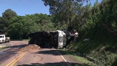 Caminhão tomba sobre carro na PR 151 - O acidente foi nesta segunda-feira, pela manhã.