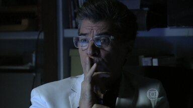 Téo não sabe se publica a matéria sobre José Alfredo - Sozinho, ele fica pensativo
