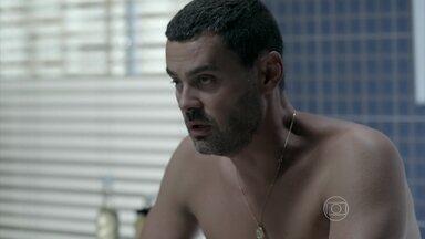 Maurílio tem crise de asma - Tenso, ele tenta se acalmar após discutir com José Alfredo