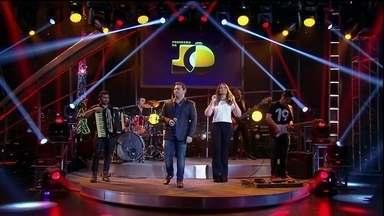 Aviões do Forró se apresentam no palco do Programa do Jô - Banda canta um de seus maiores sucessos