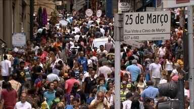 A um mês do Natal, milhares de pessoas tomam a região da Rua 25 de Março, em São Paulo - Uma multidão vindo de todo país, e até do exterior, aproveitou o sábado (22) para ir às compras. Uma pesquisa encomendada por lojistas informou que as pessoas pretendem gastar menos com presentes de Natal este ano.