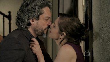 Cora desmaia logo depois de beijar o Comendador - O Comendador ameaça Cora caso ela não devolva a sua pedra