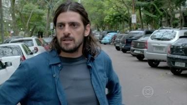 Jairo consegue ver Cardoso saindo de casa - Enquanto isso, Jurema fica decepcionada ao achar bolsas de mulheres no armário de seu filho
