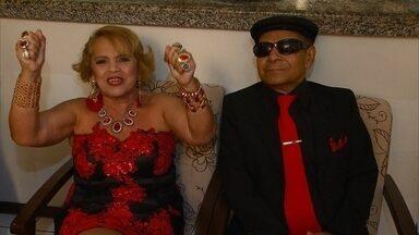 Casal chama a atenção pela combinação de cores nas roupas em Salvador - Dona Dalva e Seu Jaime são casados há quase 50 anos. No entanto, há 17 anos, Jaime perdeu a visão. Desde então, Dalva escolhe as roupas do casal e combina cores.