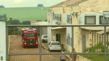 Bombeiros são chamados a apagar incêndio na PEC - Secretaria de Estado de Justiça informou que três presos colocaram fogo em roupas numa cela pequena. Ninguém ficou ferido