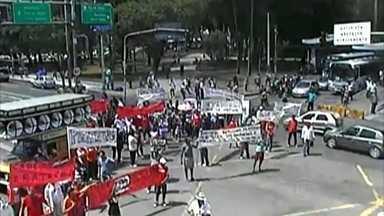 Terceirizados da Refinaria Abreu e Lima fazem protesto no Recife - Trânsito ficou complicado pela manhã na Avenida Agamenon Magalhães.