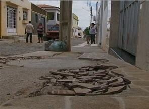 Calçadas danificadas incomodam moradores em Afogados da Ingazeira, no Sertão - Problema foi causado após obra realizada pela Compesa.