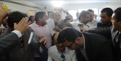 Inscrições de chapa para a Federação Paraibana de Futebol tem confusão e xingamentos - Chapas acamparam na sede da FPF e fizeram confusão no ato de inscrição. Houve xingamentos e candidatos com seguranças fazendo confusão.