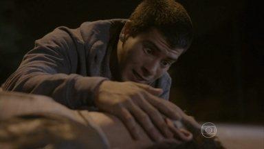 Alan tenta entregar pen drive comdossiê para Duca - O irmão fica preocupado e pede para o rapaz não se mover