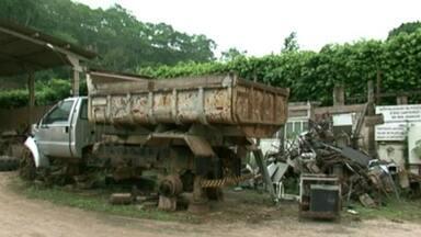 Galpão em Muqui, Sul do ES, vira depósito de entulhos da Prefeitura - É possível encontrar até lixo hospitalar no local.