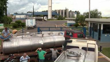 Produtores de leite cobram pagamento de laticínio em Lobato - Eles organizaram protesto na frente da indústria, que segundo eles já estaria vendendo o leite entregue no mês passado, sem fazer o pagamento.
