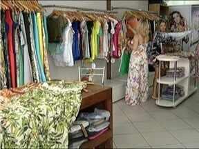 Consumidores estão desconfiados mas comerciantes acreditam no aquecimento nas vendas - Muita gente deixa para comprar próximo ao Natal