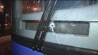 Falta de segurança nas estradas da Baixada Santista causa medo nos moradores - Recentemente, ônibus de passageiros foi atingido por tiros