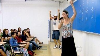 Candidatos da Fuvest se dividem entre estudar e relaxar às vésperas do vestibular - Estudantes aproveitam para revisar matérias, enquanto outros tentam reduzir o estresse com esporte e música.