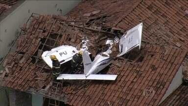 Aeronave cai sobre casa em Belo Horizonte - Piloto e aluno sofreram apenas escoriações. Duas pessoas que estavam dentro da casa não se feriram.