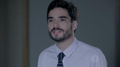 José Pedro pede para José Alfredo pressionar Téo - O pai se recusa e diz que não perderá tempo. José Pedro culpa Maria Marta