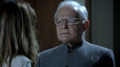 Silviano ajuda Danielle a arrumar a mala - Ele diz que está triste com a saída dela da casa