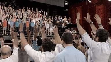 Confira a mensagem de fim de ano da TV Globo para 2015 - Jovens talentos do Brasil inteiro foram escolhidos para cantar, dançae e tocar a nova versão da mensagem de fim de ano da Globo. Mais de 200 atores, apresentadores e jornalistas também participaram da campanha.