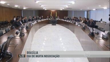 Dilma reúne base aliada para garantir votação do projeto da meta fiscal - Diário Oficial alerta ameaça velada: as emendas parlamentares serão maiores, mas só serão liberadas depois da aprovação da manobra fiscal.