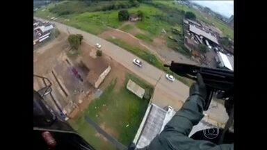 Helicóptero da polícia persegue caminhonete roubada por adolescente em Goiânia (GO) - Durante cinco minutos, o helicóptero da polícia de Goiânia acompanhou a fuga de uma caminhonete que tinha sido roubada por um adolescente. Ao chegar a uma rua com pouco movimento, a polícia fez vários disparos.