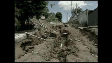Buraco em rua de Guaraná causa transtornos para moradores do Norte do ES - O buraco chega a medir dois metros de profundidade.